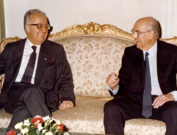 1985. Το δίλημμα του Ανδρέα, Καραμανλής ή Σαρτζετάκης;
